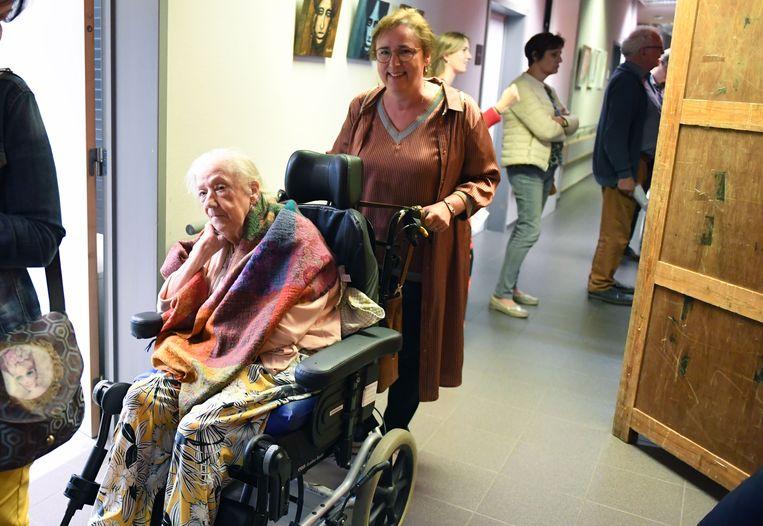 Karin Brouwers helpt haar moeder bij het stemmen.