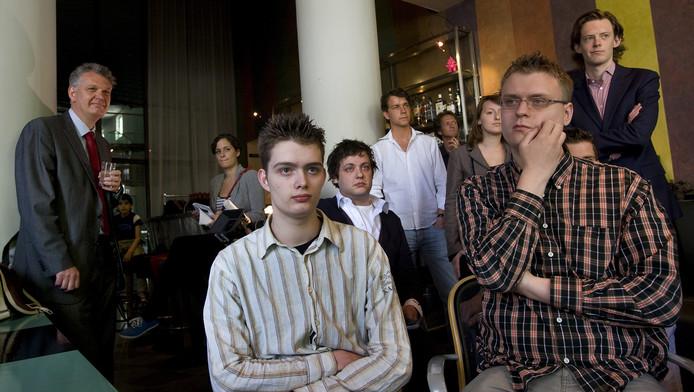 PVV'er Hero Brinkman (links achter) woont in 2010 een bijeenkomst bij waar wordt gesproken over de oprichting van een jongerenafdeling van zijn partij.