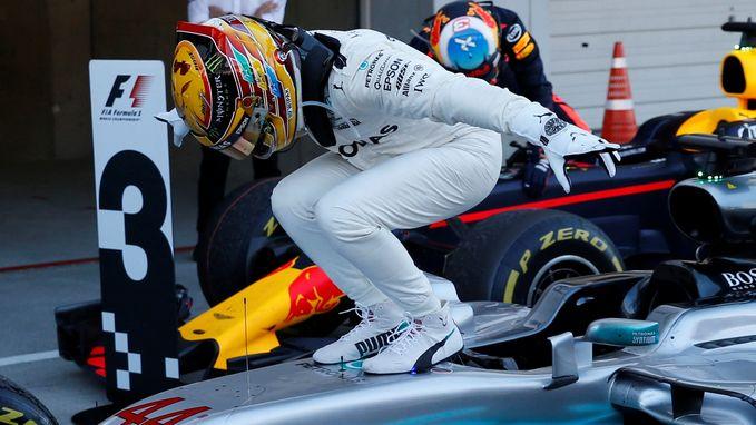 Hamilton ook in Japan de primus, Vandoorne klokt af op veertiende plaats