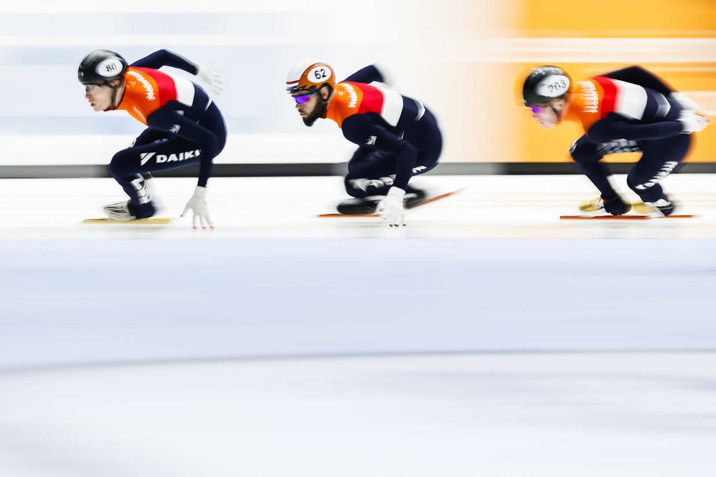 Sjinkie Knegt (midden) met ploeggenoten Friso Emons (rechts) en Sven Roes (links) in de semifinale 5000 meter relay in Dordecht.