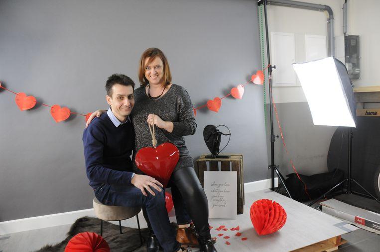 Ronny Vanhulst en Els Arron poseren al even in de Valentijn fotostudio.