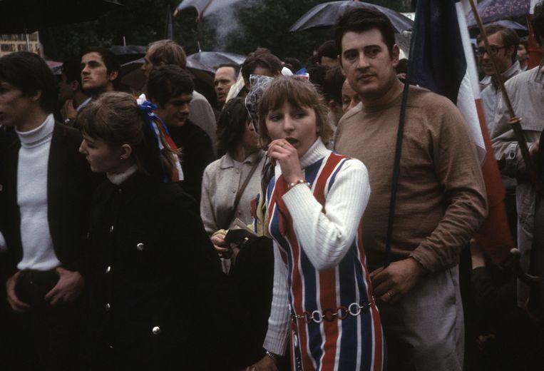 Tegendemonstratie van republikeinen en aanhangers van president De Gaulle bij de Arc de Triomphe, 30 mei '68. Beeld Hollandse Hoogte / Roger Viollet Agence Photographique