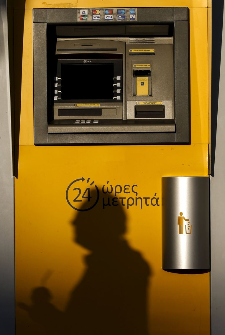 Een pinautomaat van de Piraeusbank in Athene. Beeld reuters
