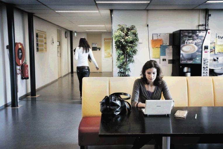 Klinisch psycholoog Corine van Wijhe promoveert op de motivatie achter werkverslaving. 'Workaholics zijn thuis soms afwezig.' ( FOTO WERRY CRONE) Beeld