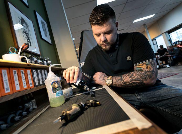 Joey Boon in zijn tattooshop in Geldrop.