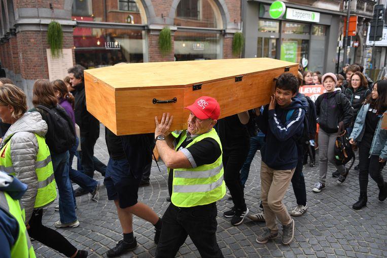 Scholieren en leerkrachten betoogden eind oktober in Leuven tegen schoolfusie Perron 3000. Ze halen nu hun slag thuis. Perron 3000 wordt begraven.