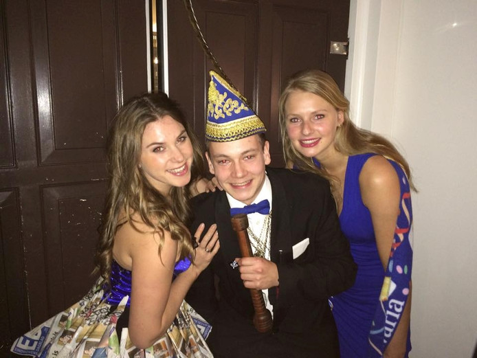 Jeugdprins Frank Berkvens op de foto met ED en Bavaria babes
