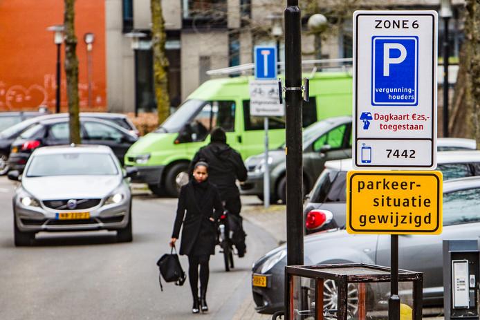 Deventer werkt aan een plan, waarbij vergunninghouders ook kunnen parkeren in de drie grote gemeentelijke parkeergarages: Brinkgarage, Stadspoort en Stationsplein (Leeuwenbrug). Dat moet de druk op de parkeerplaatsen op straat verlichten.