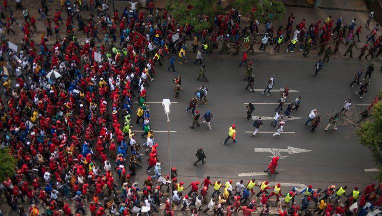 Afrikaanse bevolking loopt massaal de straat op om te betogen tegen President Jacob Zuma.