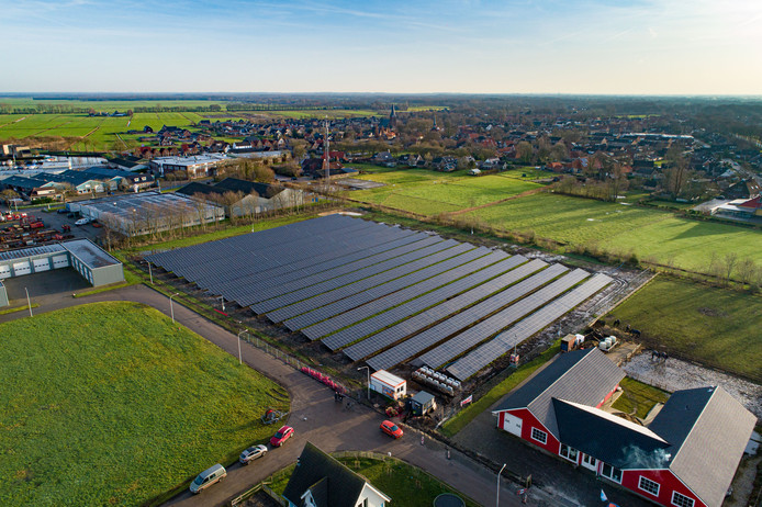 Het nieuwe zonnepark van Oldemarkt ligt naast het dorp.