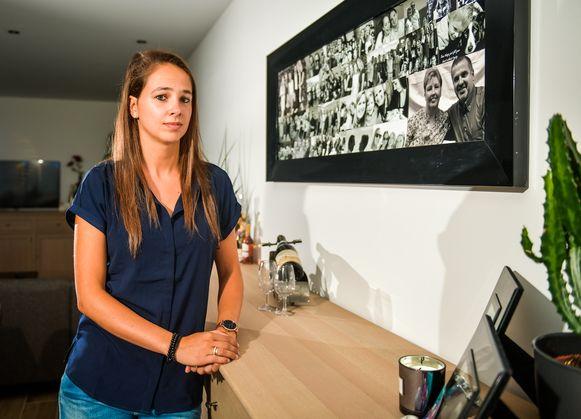 Joyce woont nu in het appartement waar haar ouders zouden gaan wonen. Aan de muur een grote kader vol foto's, eronder een goeie fles Châteauneuf-du-Pape, die haar papa bewaarde voor een speciaal moment.