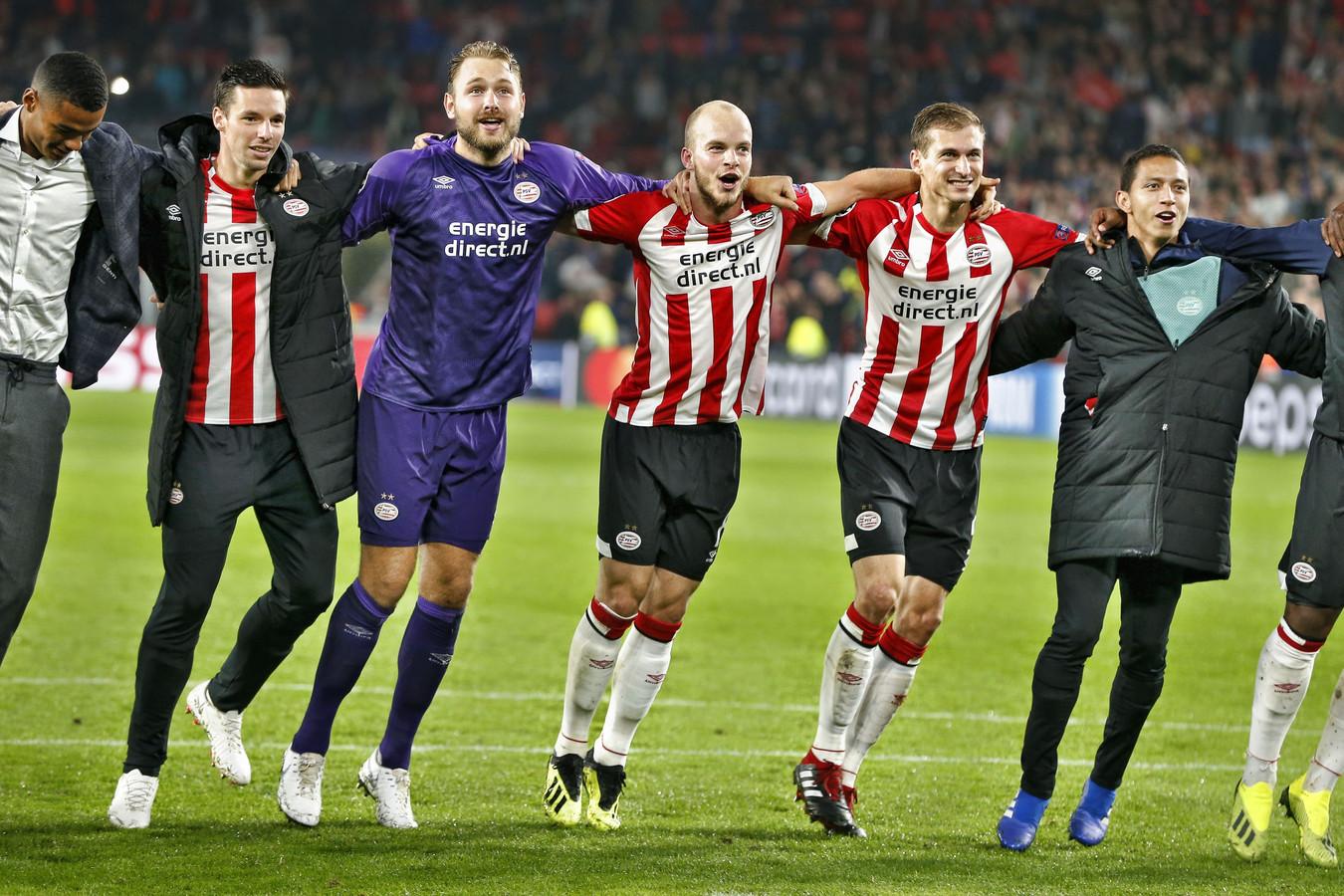 De spelers van PSV vieren het bereiken van de poulefase van de Champions League na de 3-0 overwinning op BATE Borisov.