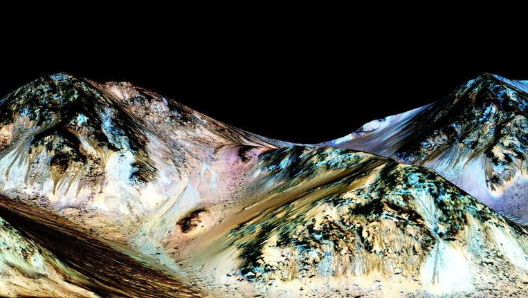 Een bewerkt beeld van de NASA toont de donkere, smalle, honderd meter lange sporen die werden gevormd door stromend water.