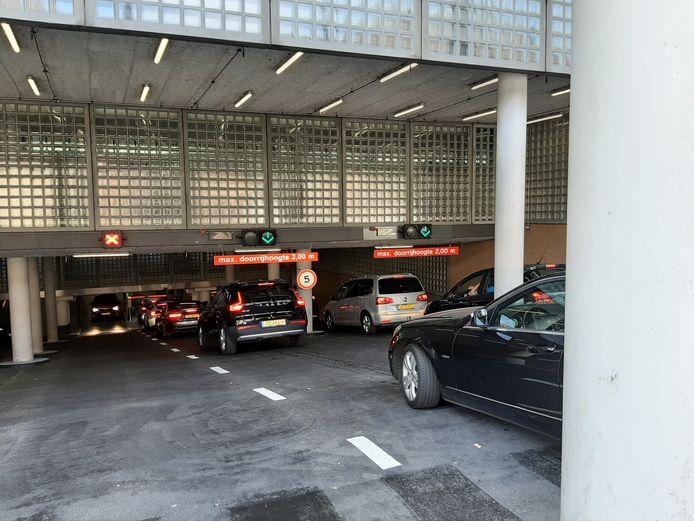 Voor de ingang van de parkeergarage onder het Stadhuis was het druk.