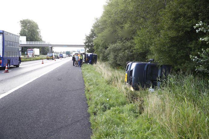 De trekkende auto belandde in de berm, het bestelbusje op de autoambulance erachter kwam iets verder terug naast de vangrail terecht.