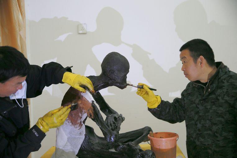 Fu Hou krijgt een laagje lak en bladgoud.