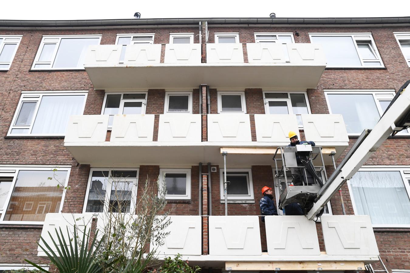 Balkons in de wijk Heuvel in Breda worden met spoed gestempeld.