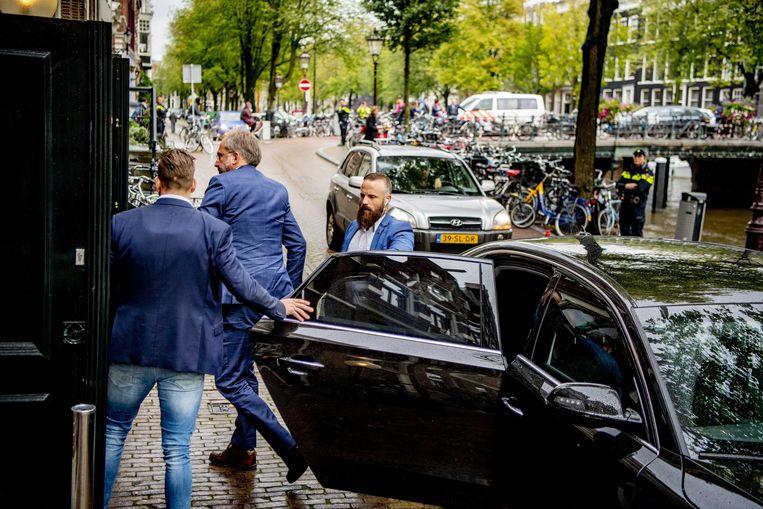 Zwaarbeveiligde bezoeker komt vrijdag aan bij de herdenking voor de doodgeschoten advocaat Derk Wiersum. Beeld Robin Utrecht / ANP