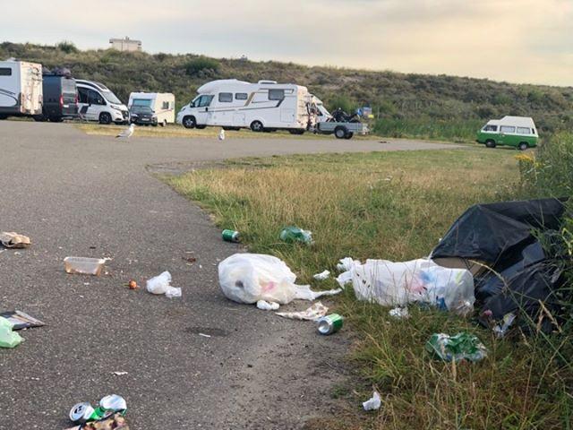 De vuilniszakken van overnachtende kampeerders worden door vogels opengescheurd, waarna het vuil zich verspreidt.
