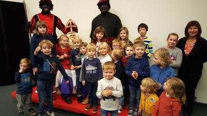 Sint bezoekt kinderen in de bib