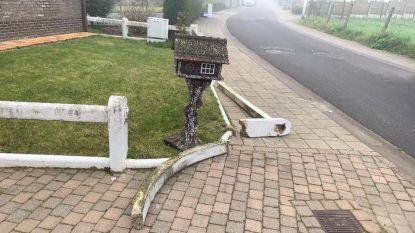 Bestuurder botst tegen betonnen tuinafsluiting en vlucht