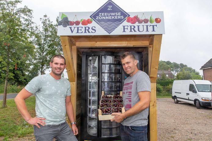 Johan Elenbaas (l) en Thijs van Overloop verkopen hun kersen ook via automaten bij de Agrisneltankstations in Heinkenszand (foto), Goes, Kruiningen en Yerseke.