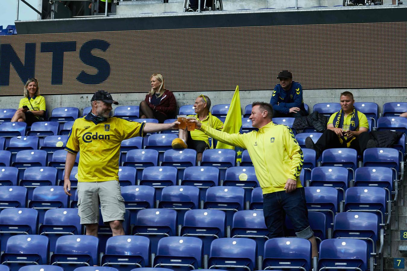 Brondby-fans proosten op anderhalve meter.