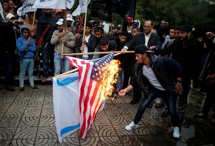 Palestijnen in Gaza verbranden de Israëlische en Amerikaanse vlag nu president Donald Trump heeft besloten om Jeruzalem officeel te erkennen als hoofdstad van Israël.