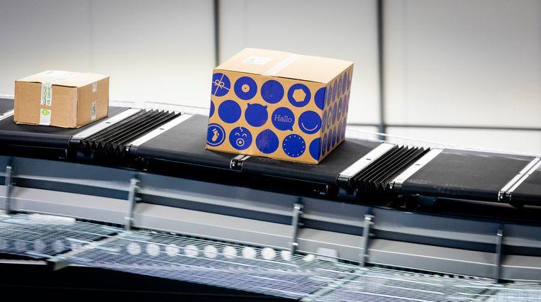 Een pakket in het nieuwe pakketsorteercentrum van PostNL, dat per uur 9500 pakketjes kan verwerken. Beeld ANP