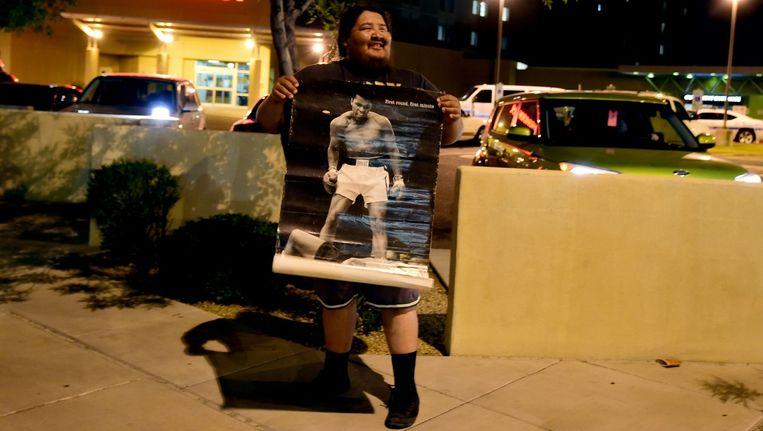 Een fan toont een poster van bokslegende Muhammad Ali Beeld anp