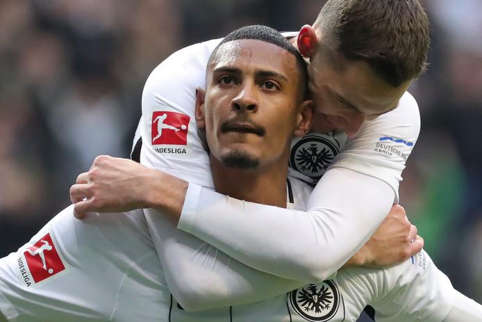 Sebastian Haller viert zijn goal voor Frankfurt.