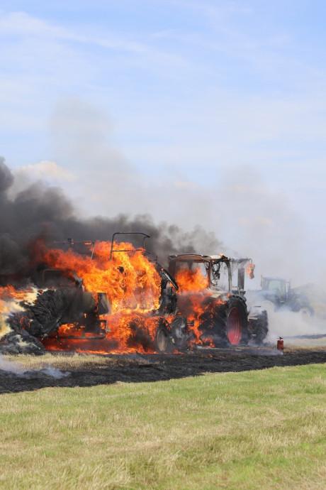 Tractor in vlammen op in weiland bij Eemnes