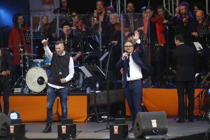 Guus Meeuwis en Gers Pardoel (L) tijdens Koningsdag 2017 in Tilburg.