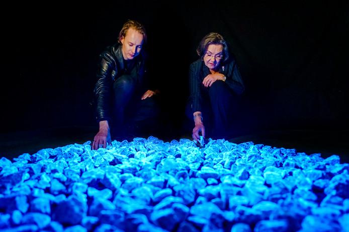 Daan Roosegaarde en Gerdi Verbeet bij Levenslicht, tijdelijk monument voor slachtoffers van de Holocaust, dat alleen in volle omvang te zien is in Rotterdam op 16 januari, daarna wordt het opgedeeld in kleine monumenten in zo'n 160 gemeenten in het hele land