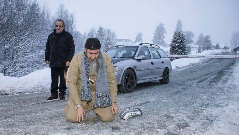 Mullah Krekar gaat door de knieën om te bidden na zijn vrijlating uit de Noorse gevangenis in januari. Volgens de politiediensten werd Krekar vandaag gearresteerd op verdenking van het plannen van een terroristische aanslag.