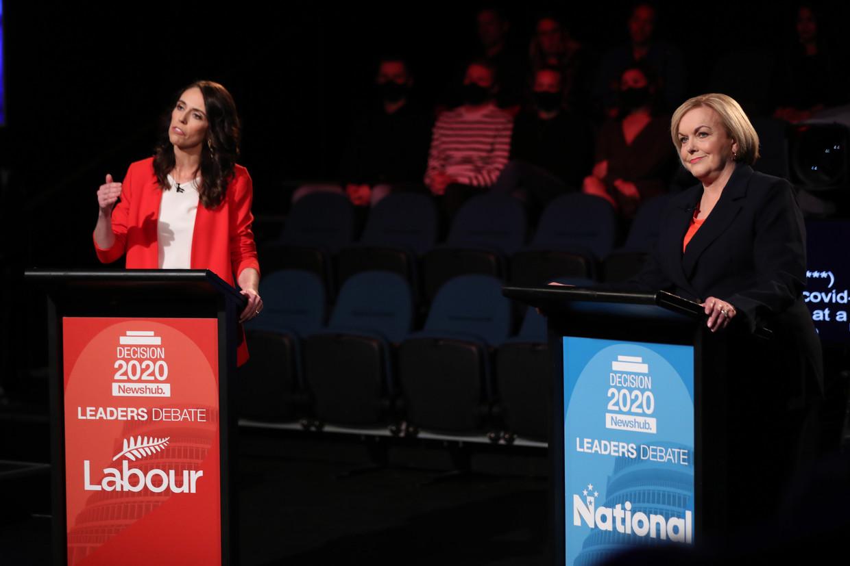 De linkse premier Jacinda Ardern (links) en de rechtse oppositieleidster Judith Collins tijdens hun verkiezingsdebat op 30 September in Auckland. Beeld EPA