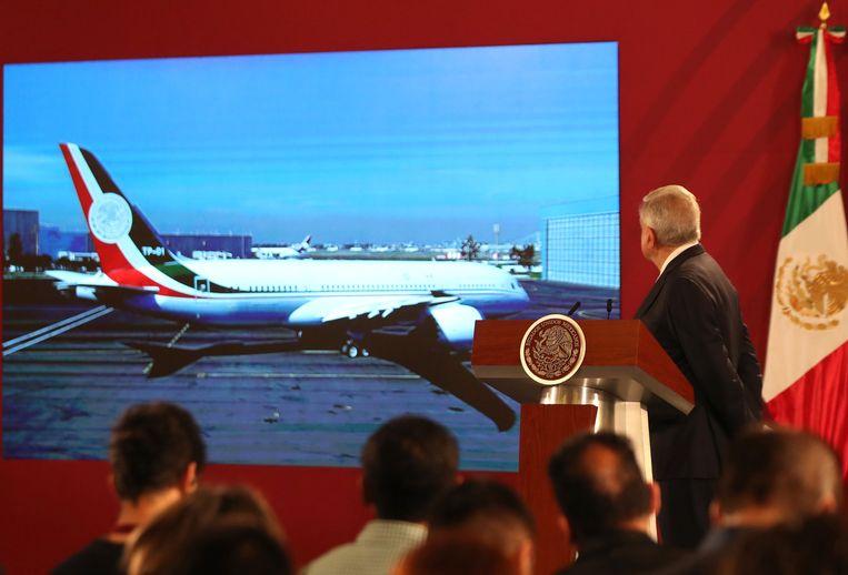 De Mexicaanse president Andres Manuel Lopez Obrador bij zijn persconferentie over het presidentiële vliegtuig, de 'José María Morelos'. Beeld EPA