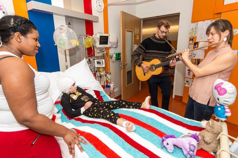 Alicia, Ziggy en tal van andere patiënten genieten van de privéconcertjes in hun ziekenhuiskamer.