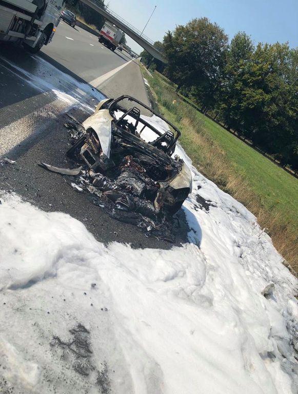 De Porsche brandde volledig uit.
