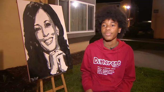 Tyler Gordon naast zijn meer dan geslaagde portret van Kamala Harris.