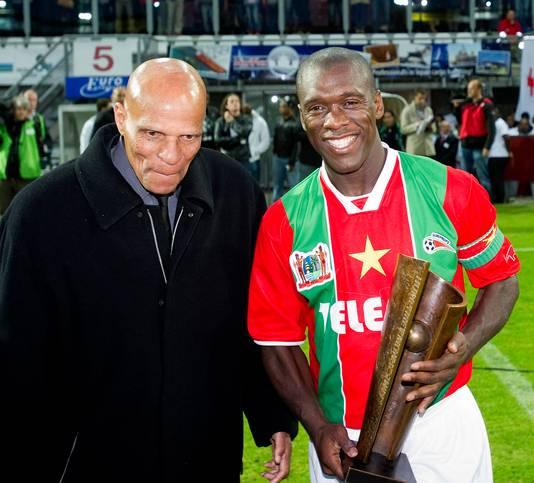 Clarence Seedorf met Humphrey Mijnals, de eerste Surinaamse voetballer die voor het Nederlands elftal speelde.