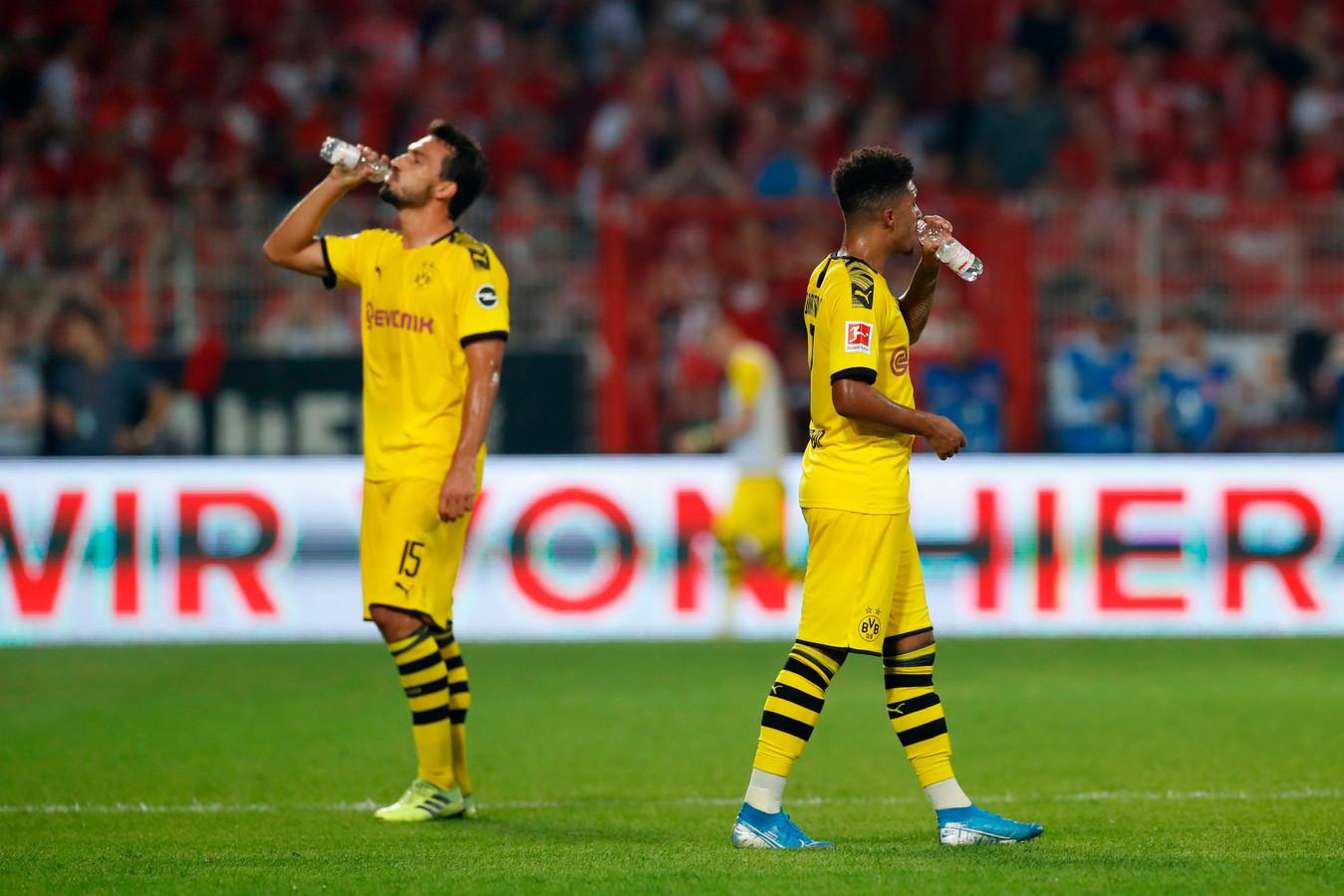 Borussia Dortmund-spelers Mats Hummels en Jadon Sancho tijdens een vanwege de hitte ingelaste drinkpauze in de wedstrijd bij 1. FC Union Berlin op 31 augustus.