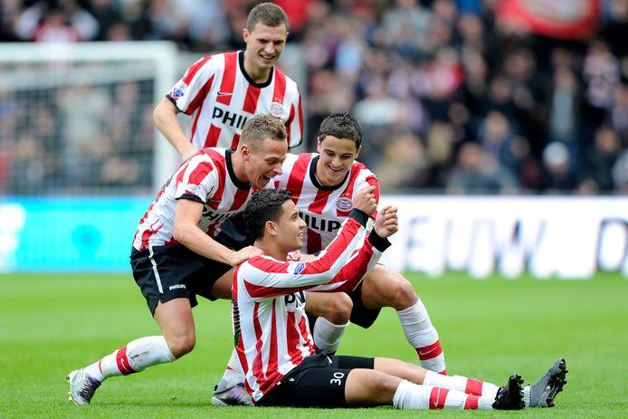 Jonathan Reis, juichend na de 1-0 van PSV tegen Feyenoord op 24 oktober 2010. Er zouden nog negen (!) goals volgen voor PSV, waarvan hij er twee voor zijn rekening nam. Om hem heen Balász Dzsudzsák, Erik Pieters en Ibrahim Afellay.