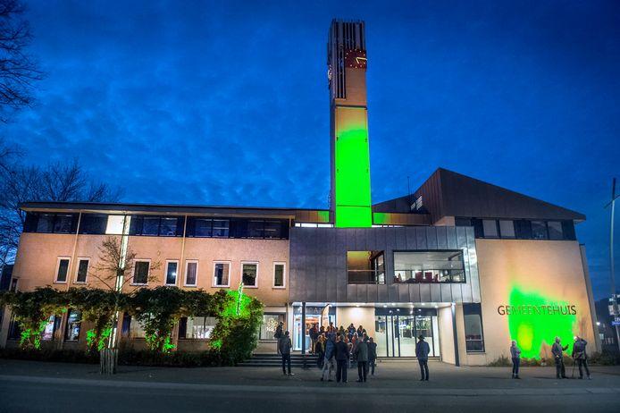 Vanaf donderdagavond baadt het gemeentehuis van Berg en Dal  in Groesbeek in groen licht. Eerder kreeg het raadhuis een oranje gloed.  (beeldbewerking DG)