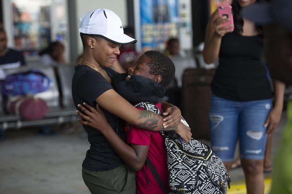 Garrise Newbold knuffelt haar neefje Peyton in de haven van Palm Beach, na een boottocht met honderden orkaanvluchtelingen uit de Bahama's.