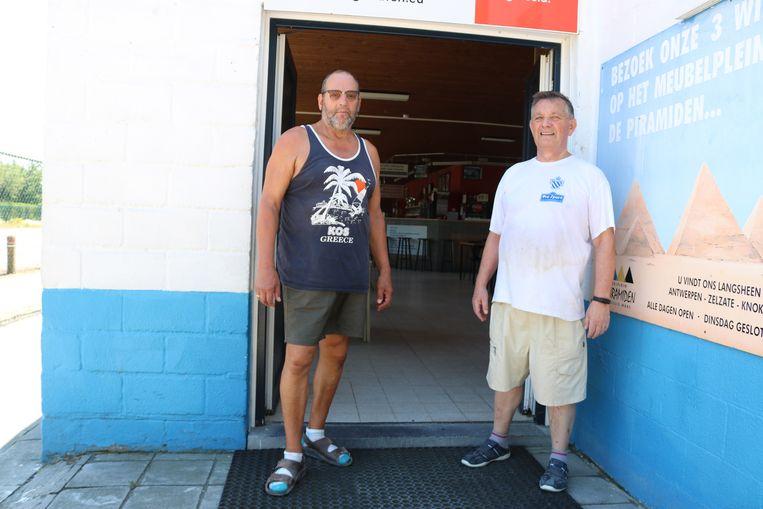 Marc Heirbaut (links) en Roger Claessens (rechts) waren dinsdag uren bezig met de opkuis van de kantine.
