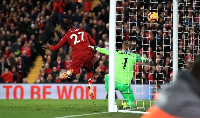 Het moment: Divock Origi knikt in de extra tijd de 1-0 tegen Everton binnen. Goed voor de zege voor Liverpool.