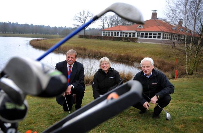 Bestuursleden van de Twentsche Golfclub bij hun vernieuwde gebouw in Ambt Delden.