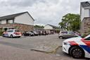 De politie heeft de Dolomietenweide afgezet voor onderzoek naar de schietpartij.