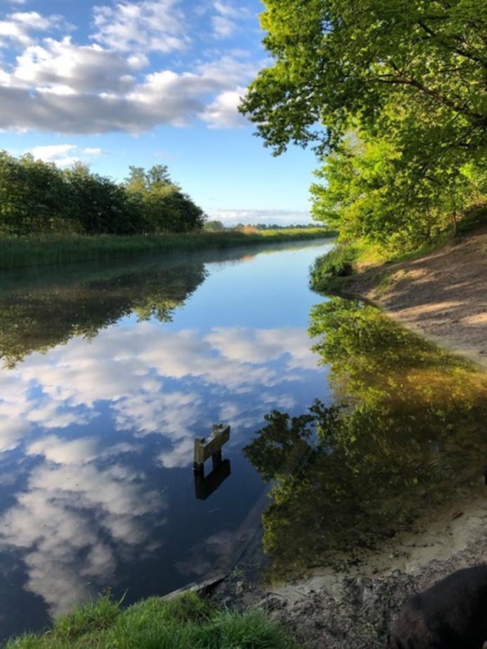 Wie vroeg opstaat heeft wat. Een mooie weerspiegeling in het water in de Valleikanaal in Leusden.